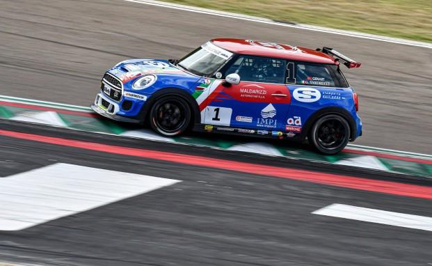 Mini Challenge Italia: a Imola Gustavo Sandrucci cala il tris di vittorie e allunga in campionato